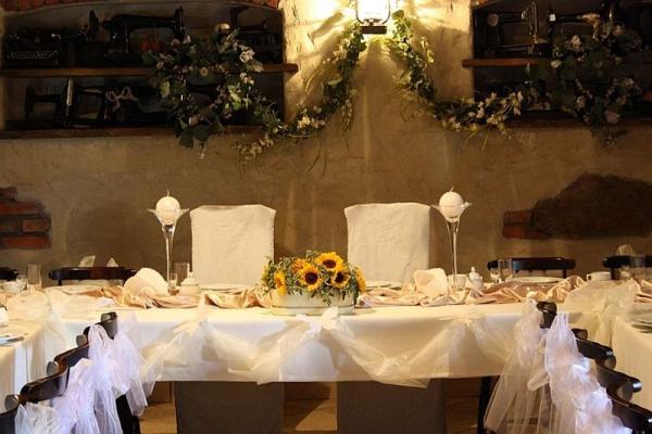 sala gościnna, krzesła, stoły