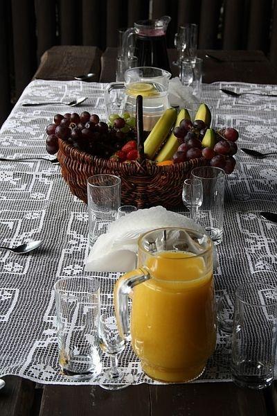 kosz z owocami, sok