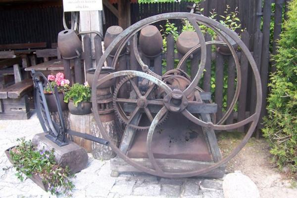 stara maszyna na zewnątrz