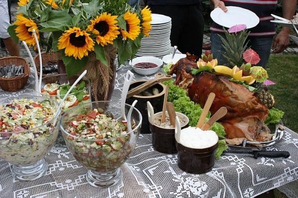stół, sałatki, pieczone prosię