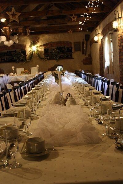 sala dla gości, stół z talerzami