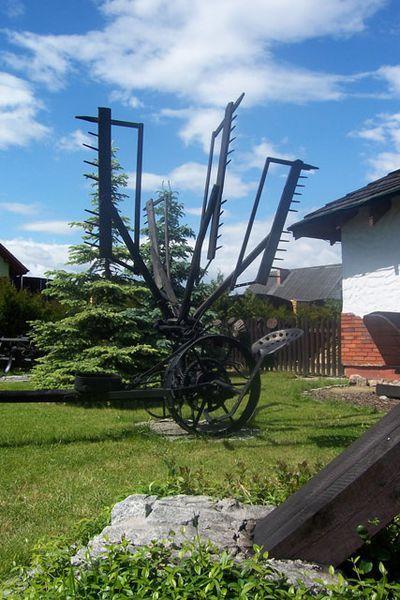 stare maszyny w ogrodzie