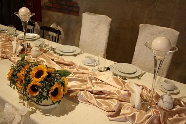 stół z wystrojem, kompozycja kwiatowa