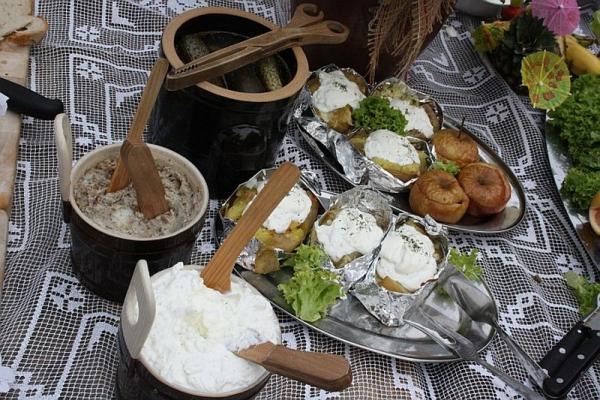 swojskie jedzenie, smalec, ogórki