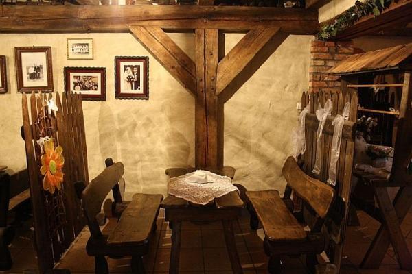 karczma, stolik, ławki