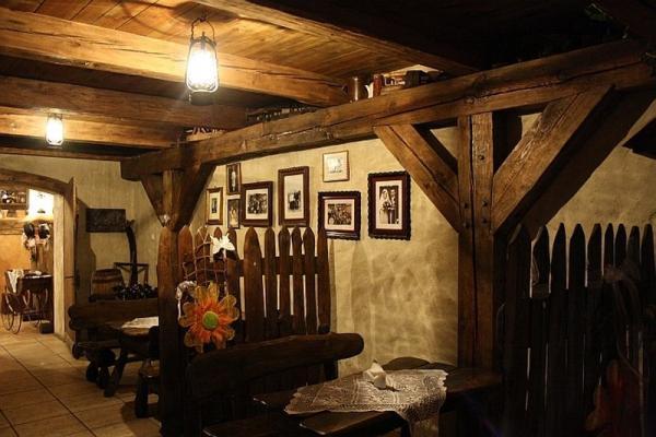 wnętrze karczmy, stoliki