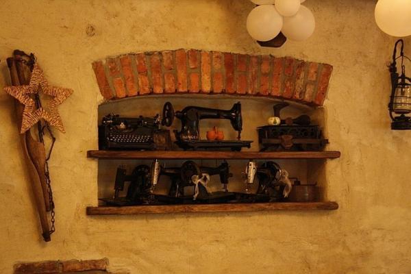 półka w ścianie z antykami