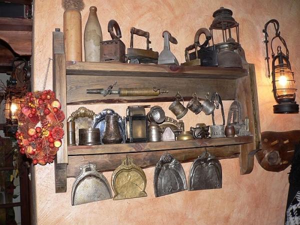 półka na ścianie z antykami