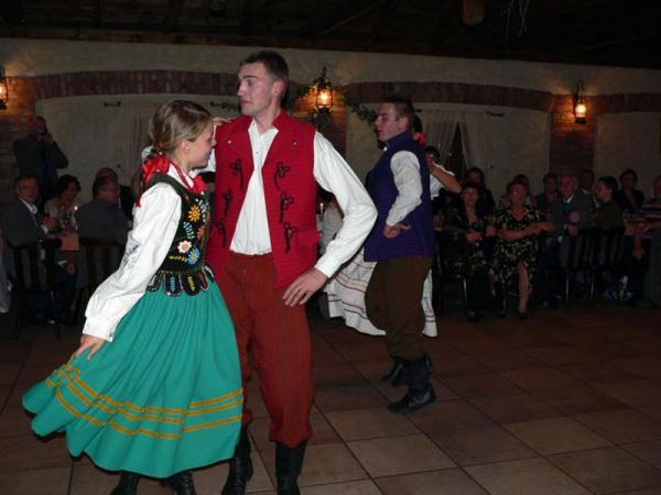 taniec w stroju ludowym